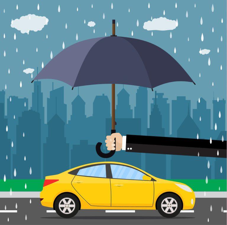 Paraguas protegiendo auto, simulando ser el seguro de auto cobertura amplia